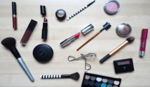"""¿Cuál es la diferencia entre el maquillaje """"waterproof"""" y el """"water resistant""""?"""